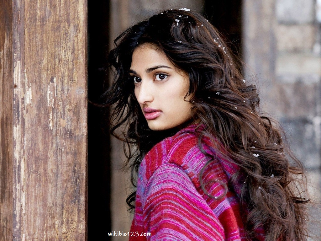 Athiya Shetty wiki Bio Age Height Hobby Achievements Friends Family HD Images Wallpapers