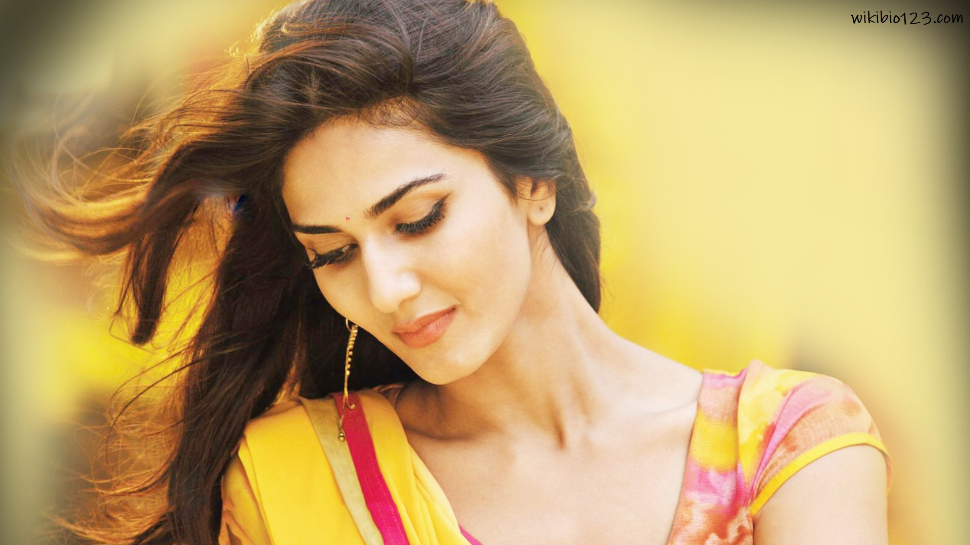 Vaani Kapoor wiki Bio Age Fiagure size Height HD Images Wallpapers Download