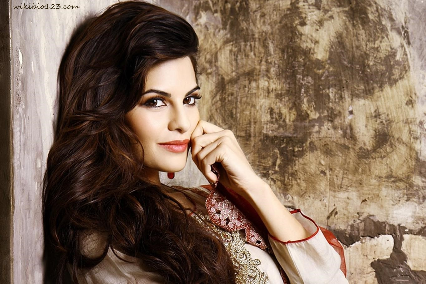 Jacqueline Fernandez wiki Bio Age Figure size Height HD Images Wallpapers Download